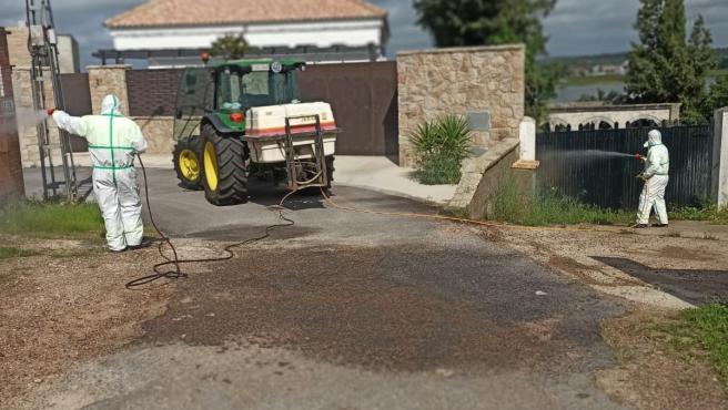Un tractor desinfecta contra el coronavirus.