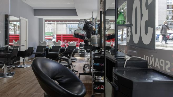 Una peluquería vacía después de que el Gobierno decretase su cierre durante el primer día laborable desde que se decretó el estado de alarma en todo el territorio nacional a consecuencia del coronavirus, en Alcorcón (Madrid), a 16 de marzo de 2020.