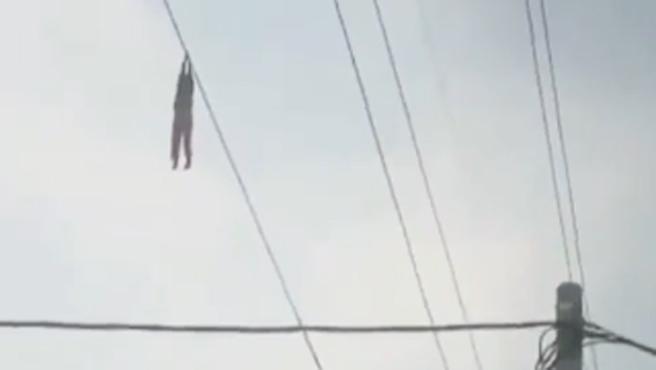 Una niña, de 9 años, jugaba junto a la instalación de un nuevo tendido eléctrico, en la ciudad de Tangerang (Indonesia), cuando agarró un cable y fue subida por los aires sin querer por los operarios que lo instalaban. La menor quedó colgada a 15 metros de altura y empezó a pedir ayuda desesperadamente.