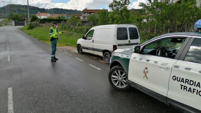 Control durante la pandemia en la N-120, en Ourense. Detectan a un conductor que da positivo por alcoholemia y en cocaína tras saltarse el confinamiento.