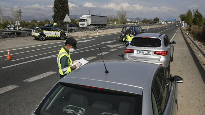 Controles de la Guardia Civil durante el puente de Semana Santa en las afueras de Granada a la altura de Santa Fe, ruta empleada para ir dirección Málaga o Sevilla.