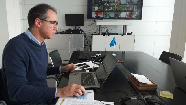 El consejero de Salud, Pablo Fernández Muñiz, participa en la reunión del consejo interterritorial de salud de este lunes para abordar la situación del coronavirus en España.