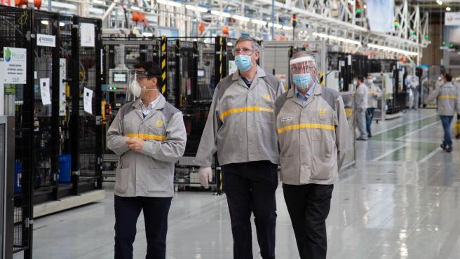 El director de Fabricaciones y Loigística del Grupo Renault y presidente de Renault España, José Vicente de los Mozos, en el centro, durante su visita a la factoría de Motores de Valladolid.