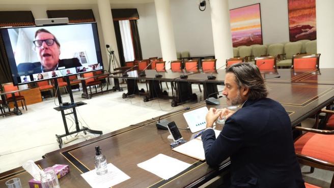 El presidente del Parlamento de Canarias y de la Calre, Gustavo Matos, en una reunión telemática con el eurodiputado canario del PP, Gabriel Mato