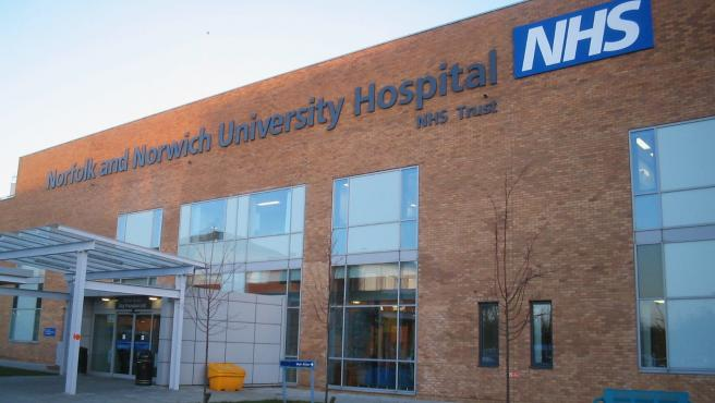 La entrada del Hospital Universitario Norfolk & Norwich (NHS).