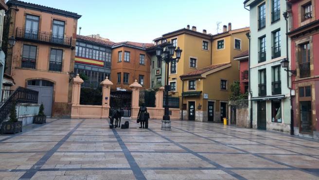 La plaza del Ayuntamiento de Oviedo y Trascorrales, vacías durante el Estado de Alarma.