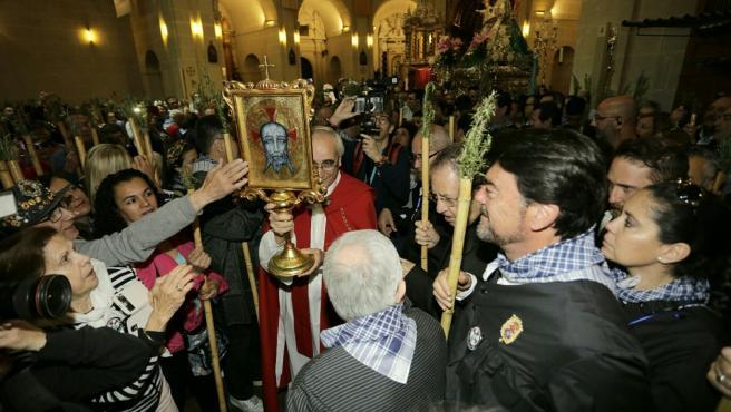 La reliquia de la Santa Faz sale de la Concatedral, el año pasado.