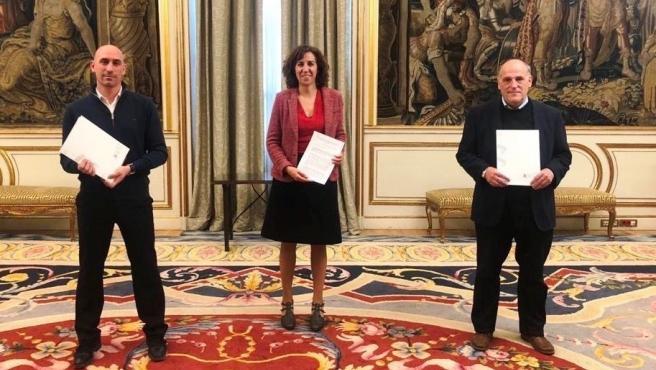 El presidente de la RFEF, Luis Rubiales, la del CSD, Irene Lozano, y el de LaLiga, Javier Tebas.