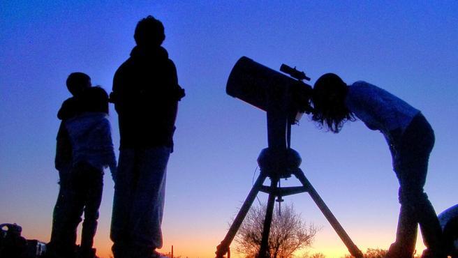 Observación astronómica, cielo, telescopio, estrellas.