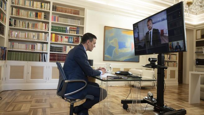 Pedro Sánchez y Pablo Casado en videoconferencia.