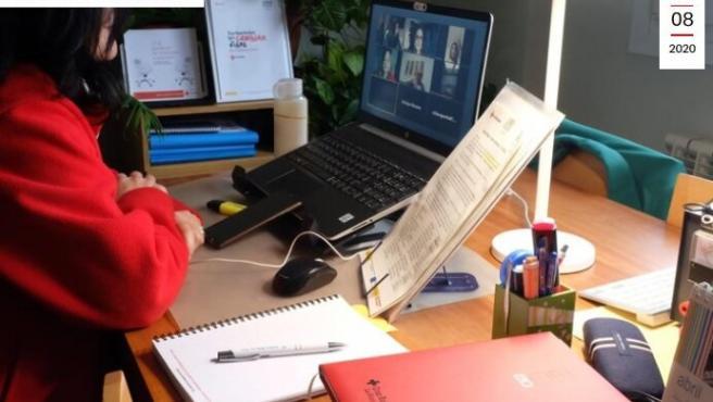 Persona trabajando frente a su ordenador en imagen de archivo.