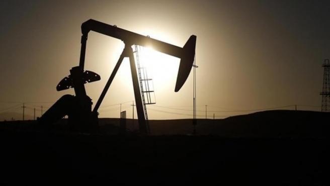Hundimiento histórico en el mercado del petróleo en Estados Unidos. Por primera vez en la historia, el precio del crudo pierde todo su valor y cae a terreno negativo. Se desplomó un 305 por ciento. Los inversores llegaron a cobrar algo más de 37 dólares por comprar un barril en Estados Unidos.  Ya no hay sitio para almacenar la producción ante la baja demanda. Incluso se están usando barcos para guardarlo. También el Brent, de referencia en Europa sufrió una caída del 8 por ciento: se pagó a 25,8 dólares el barril.