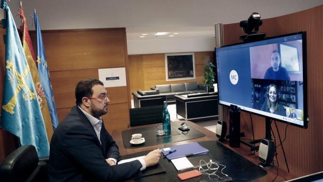 Adrián Barbón en videoconferencia con los diputados de IU.