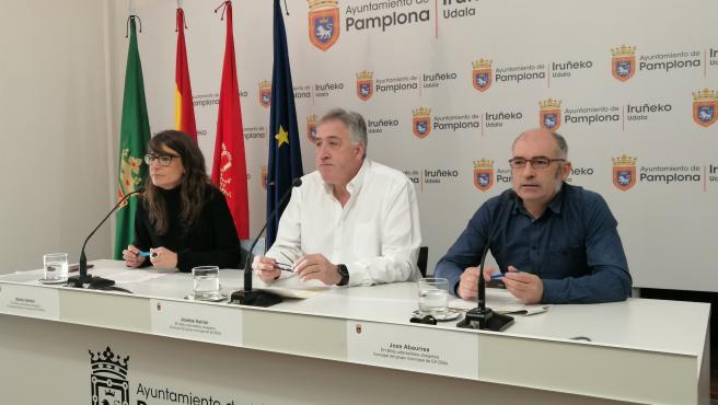 Maider Beloki, Joseba Asiron y Joxe Abaurrea, de EH Bildu, en una rueda de prensa en el Ayuntamiento de Pamplona