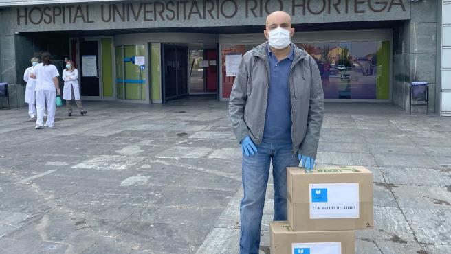 Entrega de libros en el Hospital Río Hortega de Valladolid