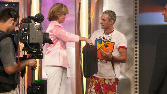 Mercedes Milá le entrega el maletín de ganador a Ismael Beiro