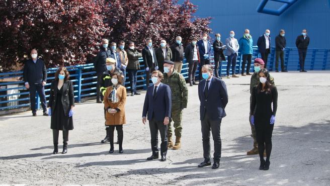 Las autoridades guardan un minuto de silencio, a la entrada del Palacio de Hielo, tras el cierre de la morgue que se había montado en sus instalaciones.
