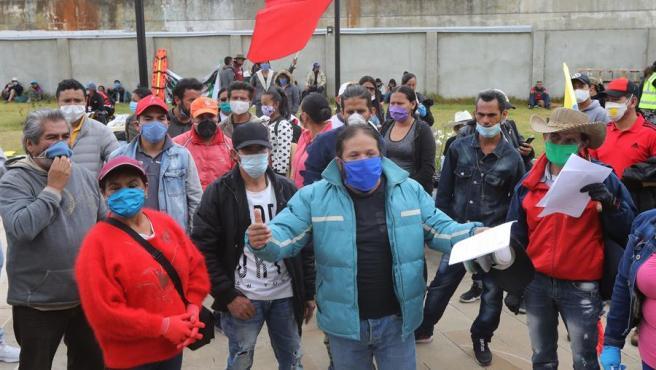 Un grupo de personas participa en una protesta para pedir ayuda alimentaria durante la pandemia del coronavirus, en Ciudad Bolívar, uno de los sectores más pobres de Bogotá (Colombia).