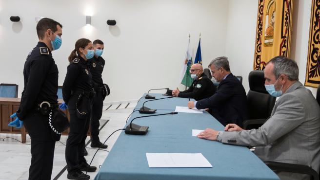Toma de posesión de tres nuevos policías locales en Estepona