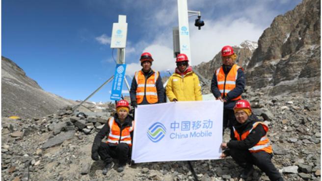 Un equipo de China Mobile muestra las estaciones base 5G iniciales, suministradas por Huawei Technologies, que el operador de telecomunicaciones desplegó en el Monte Everest este abril.