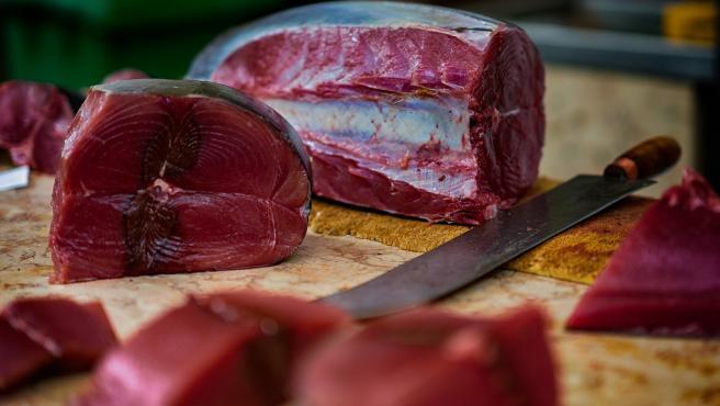 Al igual que el resto de pescados azules, el atún también es rico en vitamina D. Además se puede preparar a la plancha de una forma sencilla y es muy nutritivo.