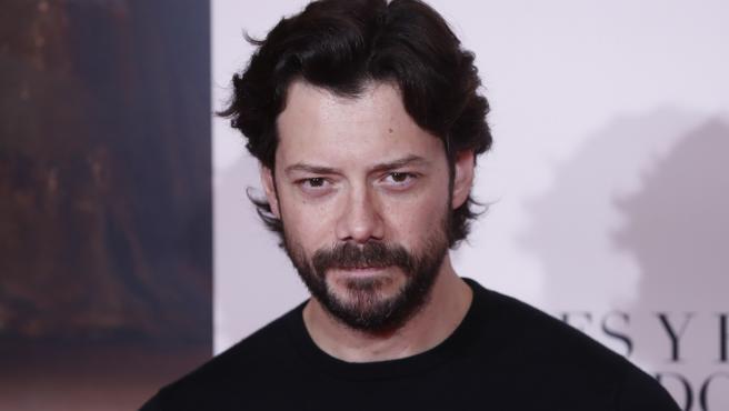 El actor Álvaro Morte posa en la premiere de 'Pintores y Reyes del Prado', en Madrid.