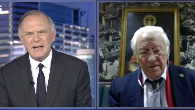 El padre Ángel es entrevistado por Pedro Piqueras en 'Informativos Telecinco'.