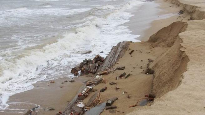 El temporal en Badalona (Barcelona) deja al descubierto antiguas edificaciones en la playa de la Barca Maria