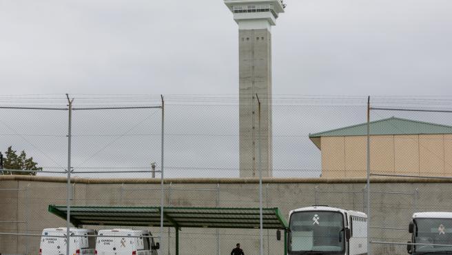 Furgones de la Guardia Civil aparcados en la Prisión de Soto del Real
