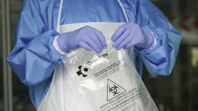 Personal sanitario con una muestra para realizar un test rápido por covid-19