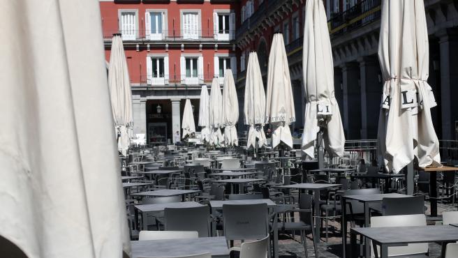 Terraza vacía en la Plaza Mayor de Madrid un día antes de que se cierre toda la hostelería