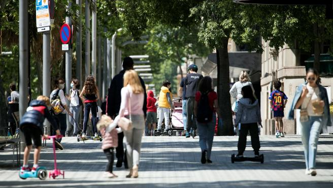 Varias familias pasean por la Diagonal de Barcelona este domingo, en el primer día en que los niños pueden salir a pasear.