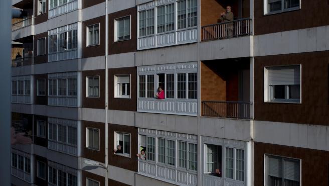 Varios vecinos en sus balcones.EFE