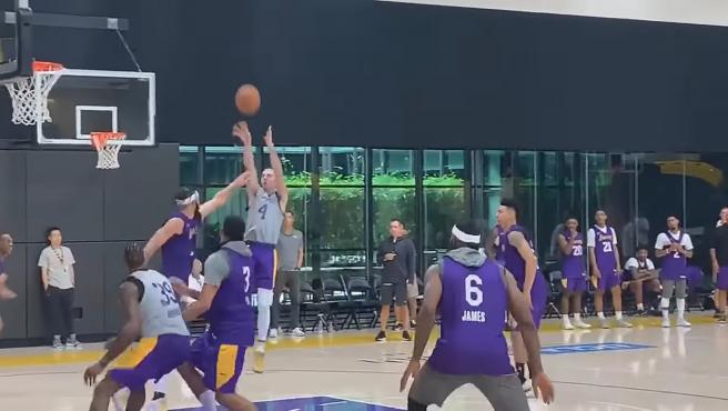 Un entrenamiento de los Lakers.