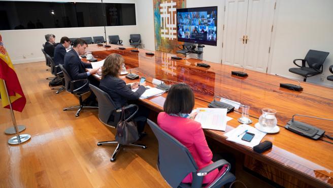 El presidente del Gobierno, Pedro Sánchez (3d), durante la reunión este domingo por videoconferencia con los presidentes de las comunidades y ciudades autónomas.
