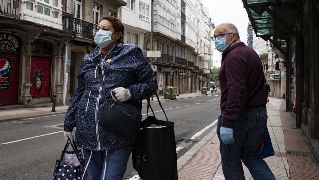 A Coruña.- Covid-19 Dos personas con mascarillas en la zona de la Praza da Leña en A Coruña 24/04/2020 Foto: M. Dylan / Europa Press