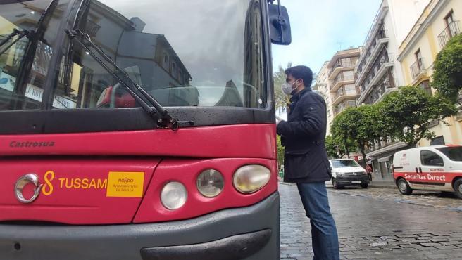 Beltrán Pérez junto a un autobús de Tussam