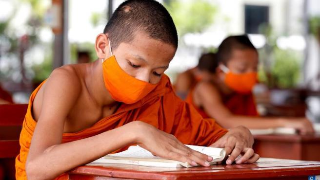 Varios alumnos budistas en Bangkok.