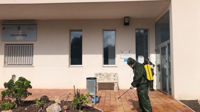 Efectivos de la Armada desinfectan el exterior del consultorio de Camposol, en Mazarrón