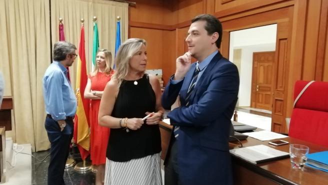 El alcalde de Córdoba, José María Bellido (PP), habla con la primera teniente de alcalde, Isabel Albas (Cs), antes de un Pleno, en una imagen de archivo.