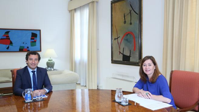 El presidente del PP, Biel Company, y la presidenta del Govern, Francina Armengol, durante la reunión.
