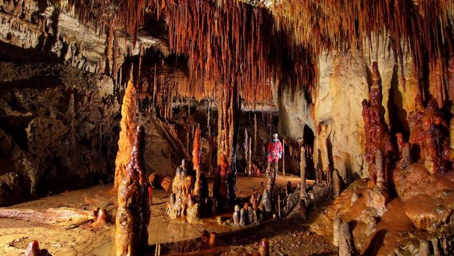 Estalagmitas de color rojo la cueva de Goikoetxe, en Urdaibai (Vizcaya).