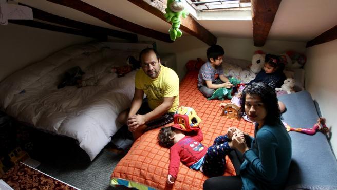 Carmen Navas vive con su marido y sus tres hijos en un piso de 35 metros situado en el barrio de Las Letras, en Madrid.