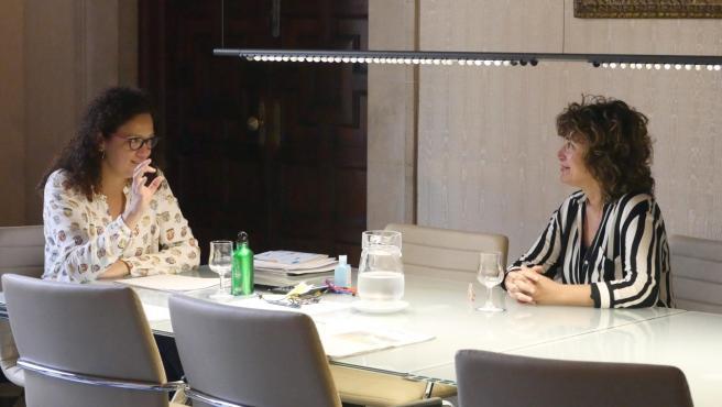 La presidenta del Consell de Mallorca, Catalina Cladera, en su reunión con la portavoz de El PI en la institución insular, Xisca Mora.