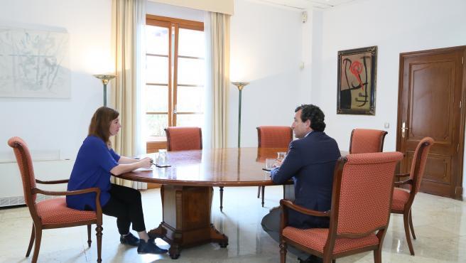 La presidenta del Govern, Francina Armengol, reunida con el portavoz del PP, Biel Company, en el Consolat de Mar.