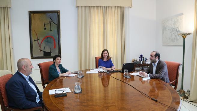 La presidenta del Govern, Francina Armengol, reunida con los portavoces de MÉS, Miquel Ensenyat; PSIB, Sílvia Cano; y Unidas Podemos, Alejandro López, en el Consolat de Mar.