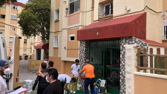 Reparto de productos y alimentos a familias vulnerables del distrito Palma-Palmilla de Málaga capital