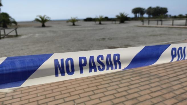 Indicativo que prohíbe el paso a una playa de Motril