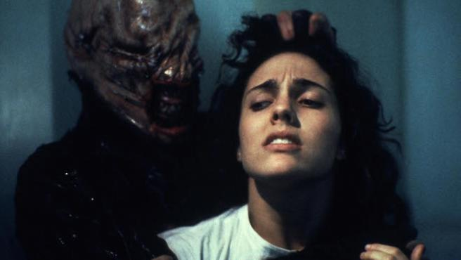 """""""Demasiado romántico"""", dijeron los productores cuando Clive Barker quiso titular su película The Hellbound Heart. El director propuso como alternativa Los sadomasoquistas del más allá, mientras que una ayudante de producción, ya sexagenaria, fue todavía más lejos: según ella, el filme debería llamarse Lo que haría una mujer por echar un buen polvo. Y. G., El morbo más original de los 80: """"Tenemos tantos mundos que enseñarte…""""."""