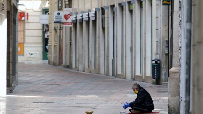 MLG 21-04-2020.-Personas sin hogar permanecen en la calle durante el estado de Alarma por el COVID-19.-ÁLEX ZEA.